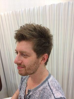 くせ毛を活かした無造作ショートヘア