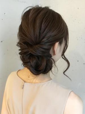 編み込みシニヨンのヘアアレンジ