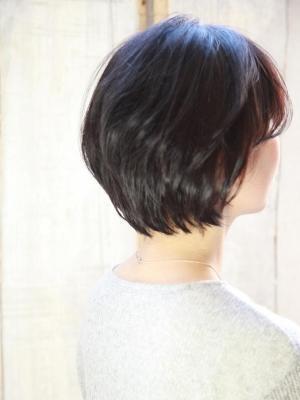 40代からのヘアスタイル~黒髪でも若々しく見えるショート~