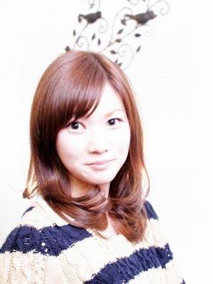 流した前髪からのプチ☆マッシュがかわいいミディアム毛先カール