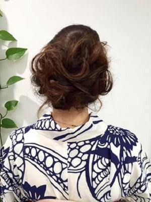 ボリュームのあるローダウンスタイルでふっくら可愛くまとめ髪
