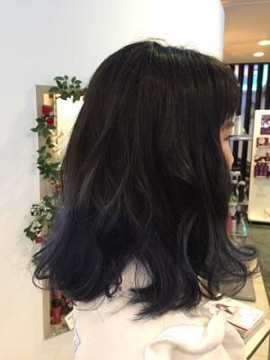 黒髪好きはネイビーブルーのハイライトカラーで楽しむ方法もあり
