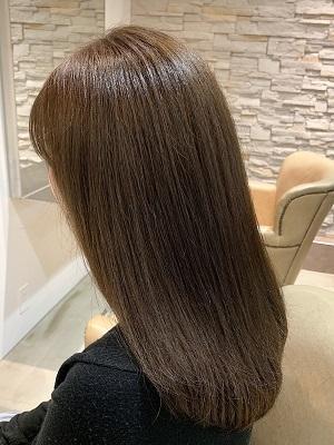 明るめアッシュの柔髪スタイル