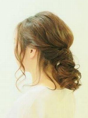 一束にまとめるヘアもオシャレに簡単アレンジしましょう