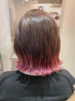 裾カラーのフレッシュピンク×切りっぱなしボブ