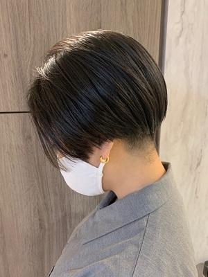 【黒髪のシックな刈り上げボブヘア】