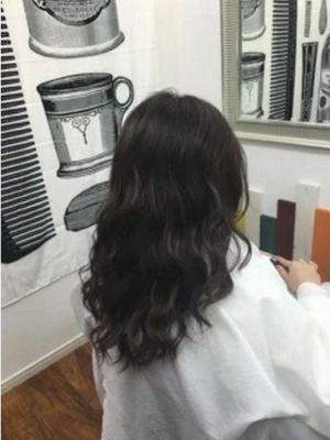ダークアッシュカラー人気の外国人風巻き髪スタイル