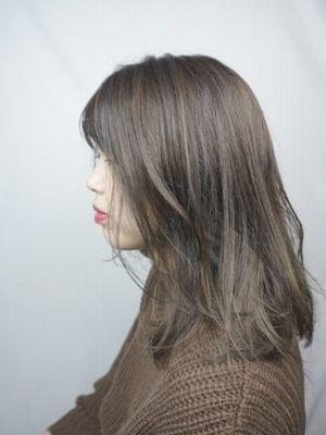 毛先の動きが可愛いグレージュヘア