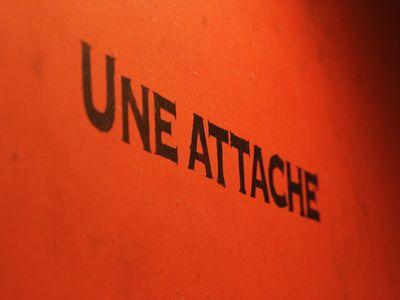 UNE ATTACHE5