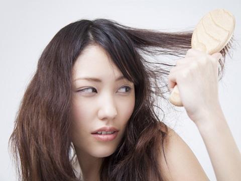 ドライヤー中に大量の抜け毛…ドライヤーを辞めれば薄毛予防になる?