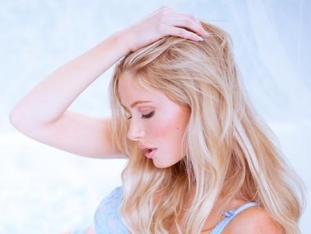 【恋愛心理】女性が男性の前で「髪をさわる」ワケ
