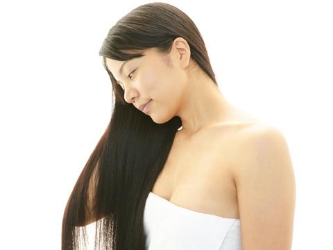 傷みをおさえてクセ毛をストレートにする方法
