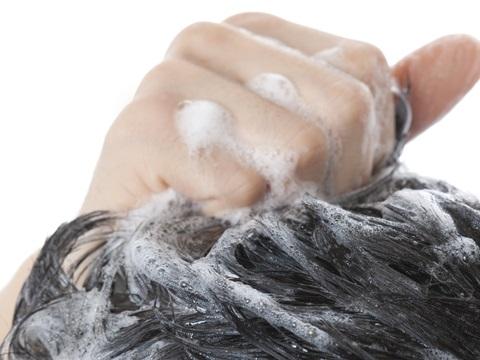 白髪の生え始めに感じるかゆみを緩和しながら髪を染めるテクニック