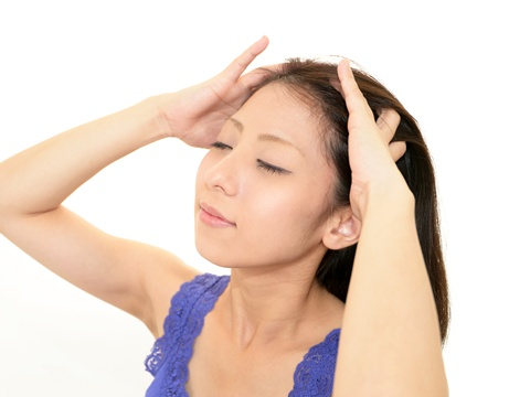 頭皮がむくむと顔のたるみ・睡眠障害に…頭皮マッサージでむくみを解消!