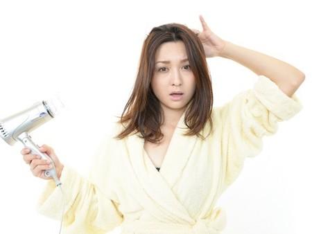 実は日本人の半分がそうだった!「髪の片側」ばかりがハネる理由