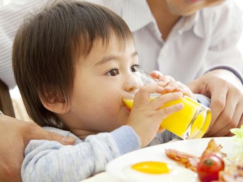 赤ちゃんの髪の毛が茶色い。栄養不足のせい?