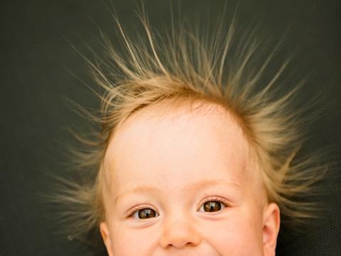 赤ちゃんの髪の毛が逆立つ!これって大丈夫?