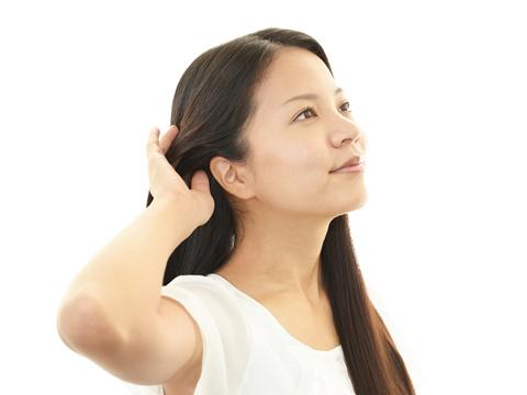 男性がドキっとする女性のしぐさ「髪を耳にかける」魅力とは?