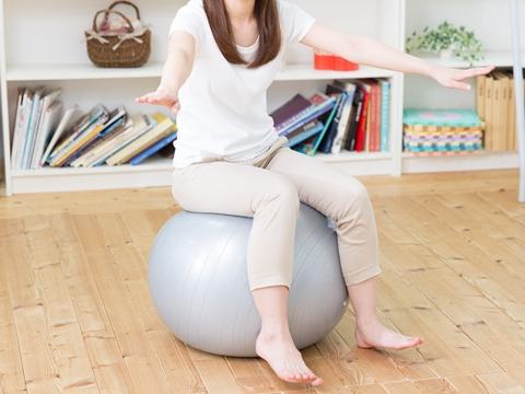 バランスボールで骨盤の歪みを改善!やせ体質を目指そう