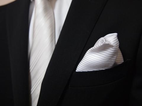 結婚式で男性が気をつけるべきスーツや小物の選び方マナー